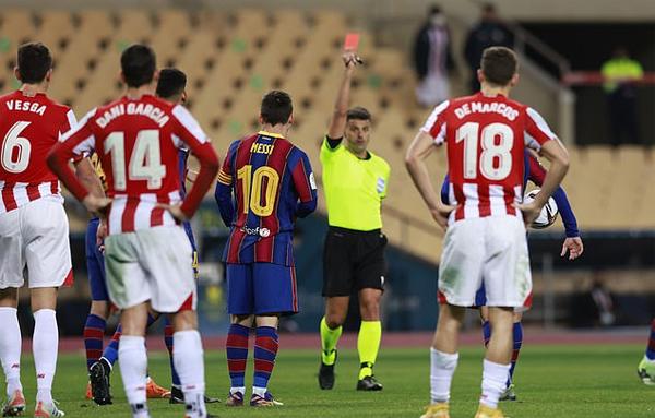Messi bị truất quyền thi đấu ở những giây cuối cùng của hiệp phụ thứ hai. Ảnh: Reuters.