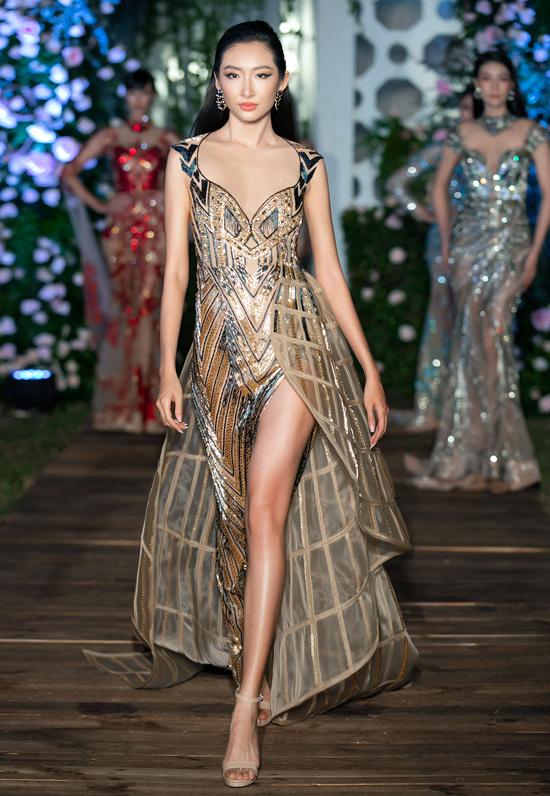Hoa khôi Thanh Khoa trình diễn một bộ cánh thuộc sưu tập Tuyệt tác giấu kín Mortlach. Trang phục này từng xuất hiện ở show I dreamed a dream thuộc khuôn khổ Tuần lễ thời trang Vietnam Runway Fashion Week tổ chức cuối tháng 10/2020.