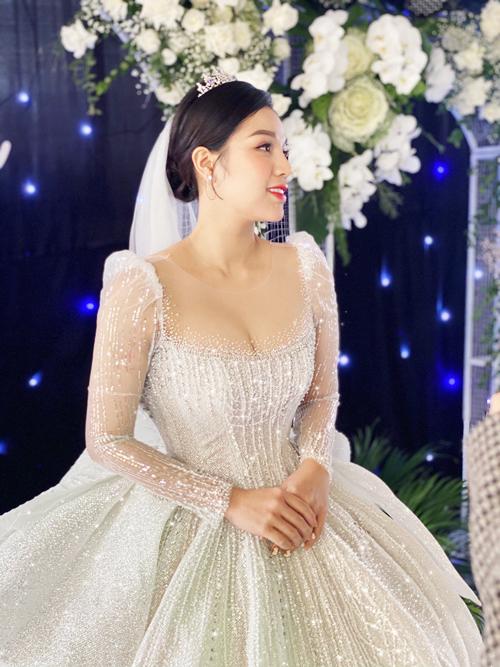 Các thiết kế áo cưới dài tay, bồng vai cũng là lựa chọn để nàng che đi khuyết điểm.