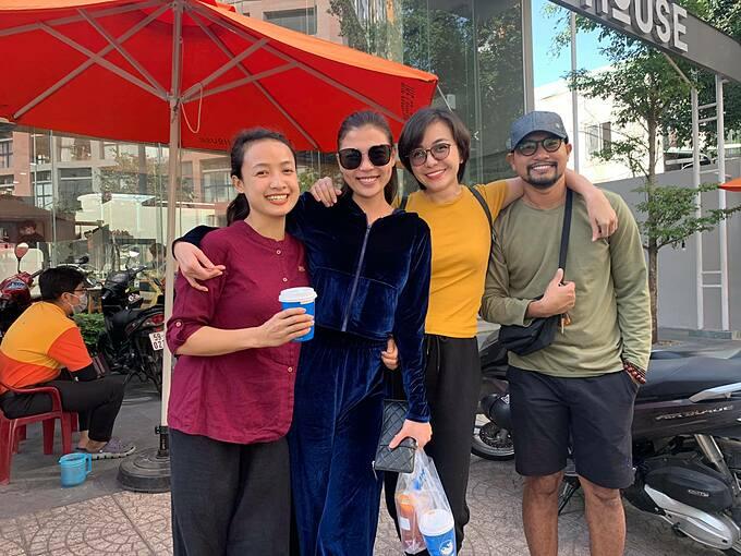 Diễn viên Thúy Diễm, Lê Bê La và vợ chồng Huỳnh Đông - Ái Châu đi chùa làm công quả.