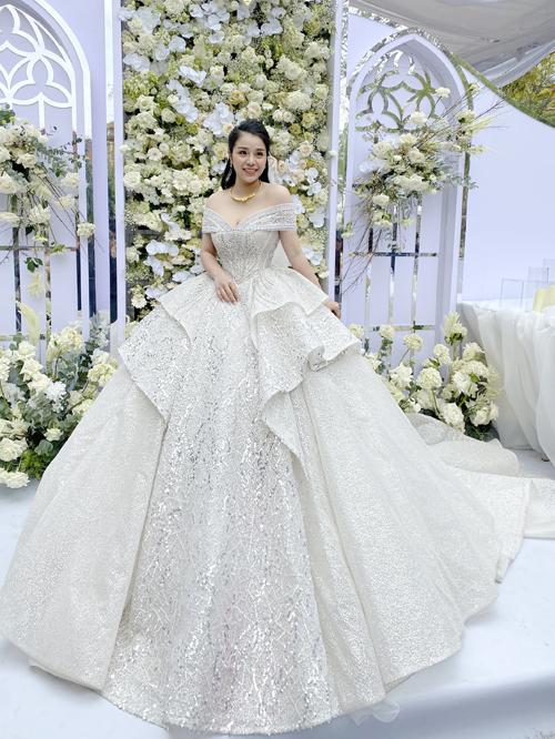 Để giải bài toán váy đẹp cho phụ nữ đậm người, NTK Linh Nga đã cho ra đời những bộ đầm có thiết kế, phom dáng phù hợp để che đi khuyết điểm, giúp nàng tự tin.