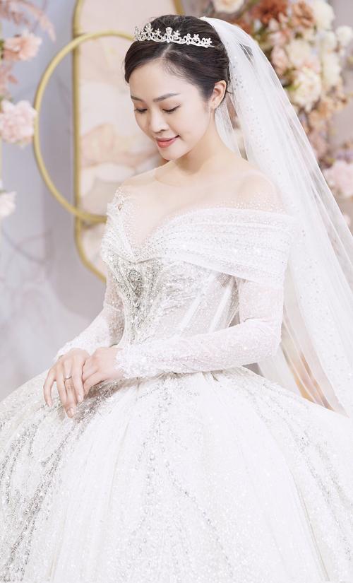 Váy cưới trễ vai là vũ khí tối thượng giúp nàng che đi bắp tay kém thon, đồng thời khoe được vai trần gợi cảm.