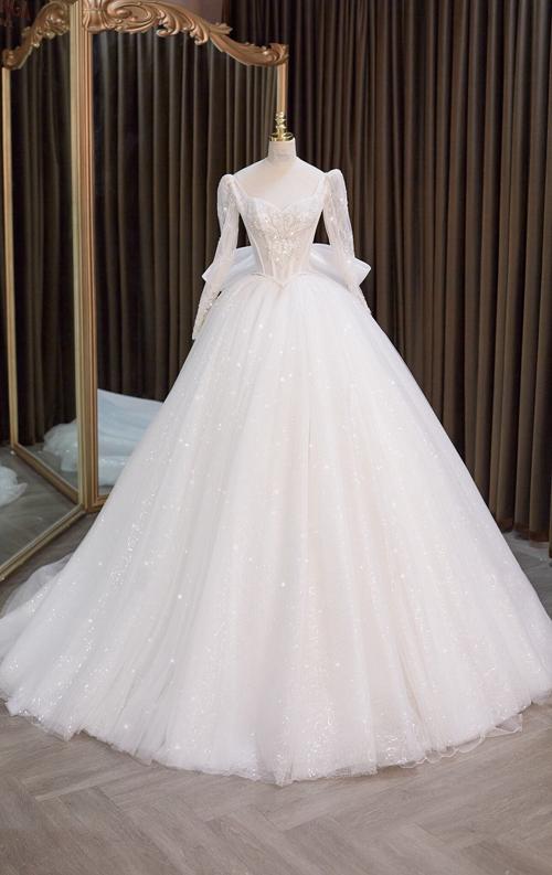 Theo NTK Linh Nga, váy cưới suông chữ A nhẹ nhàng hoặc bồng to với tùng xòe cũng là sự lựa chọn hoàn hảo cho cô dâu đậm người. Nhờ thân váy suông dài, khuyết điểm bắp đùi được che giấu hoàn toàn và kéo dài chiều cao cơ thể cho cô dâu. Với cô dâu vóc dáng ngoại cỡ, Linh Nga ưu tiên sử dụng các loại vải mỏng nhẹ như organza, chiffon hay lụa, satin để tạo sự thanh thoát.