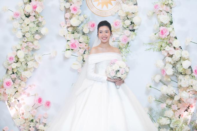 Với cô dâu bầu, Linh Nga cũng sử dụng kỹ thuật may đo chiết eo cao để nàng có thể diện được các bộ váy lộng lẫy thoải mái mà không ảnh hưởng tới thai nhi.
