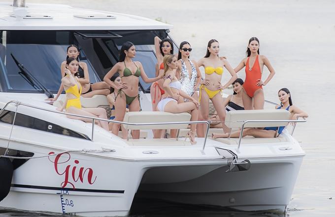 Mở màn show diễn, Hà Anh khiến các vị khách bất ngờ khi cùng dàn mẫu xuất hiện hoành tráng trên du thuyền Aquila 36 có giá hơn 13 tỷ đồng. Vừa cập bến, các chân dài đã catwalk duyên dáng khoe body trong những thiết kế bikini bốc lửa. Giữa dàn mẫu trẻ, Hà Anh vẫn nổi bật nhờ phong thái cuốn hút, cách đánh hông uyển chuyển. Gần đây, cô tích cực trở lại sàn diễn khi liên tục nhận lời diễn mở màn hoặc vedette cho các nhà thiết kế Việt trong các show lớn.