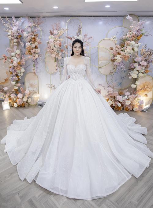 Thân váy xòe bồng giúp nàng dễ di chuyện. Đồng thời, phom dáng váy cũng phù hợp với ý định của các cô dâu chưa muốn công khai tin vui trong ngày cưới.