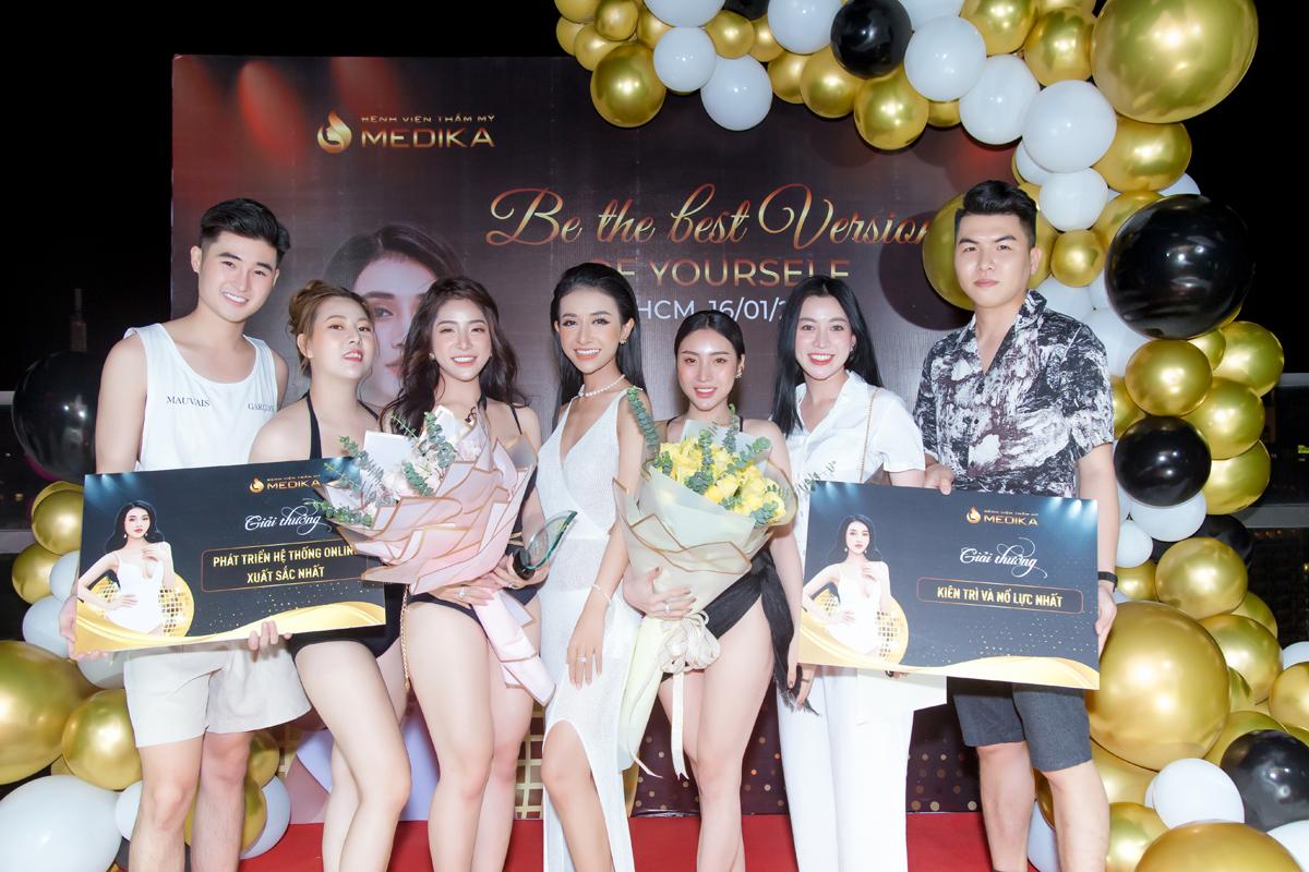 CEO Nguyễn Ngọc Hân Di (thứ ba, từ trái sang) vinh danh giám đốc khu vực và cộng tác viên xuất sắc.