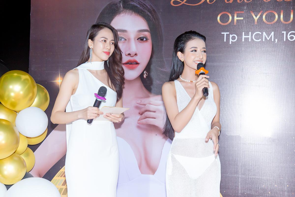 CEO Nguyễn Ngọc Hân Di phát biểu tại sự kiện Medika's Pool Party.