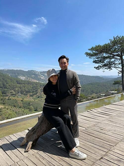 Vợ chồng Cường Đôla - Đàm Thu Trang cũng đang có chuyến du lịch tại thành phố ngàn hoa.