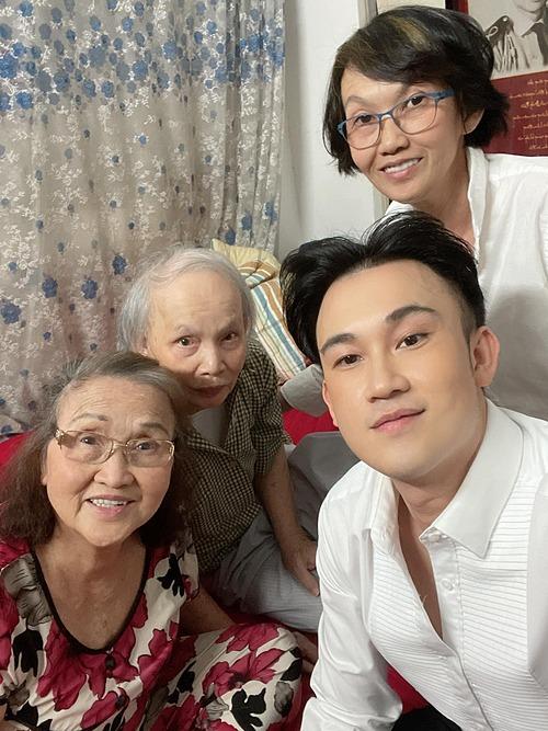 Ca sĩ Dương Triệu Vũ pose ảnh gia đình khi tới thăm bố mẹ.