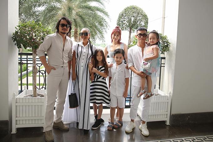 Gia đình Khánh Thi - Phan Hiển hội ngộ mẹ con ca sĩ Đoan Trang và một người bạn khi đến dự sự kiện của siêu mẫu Hà Anh.