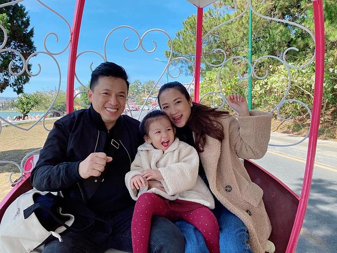 Con gái nhà Lam Trường thích thú khi được bố mẹ cho cưỡi xe ngựa tham quan hồ Xuân Hương (Đà Lạt).