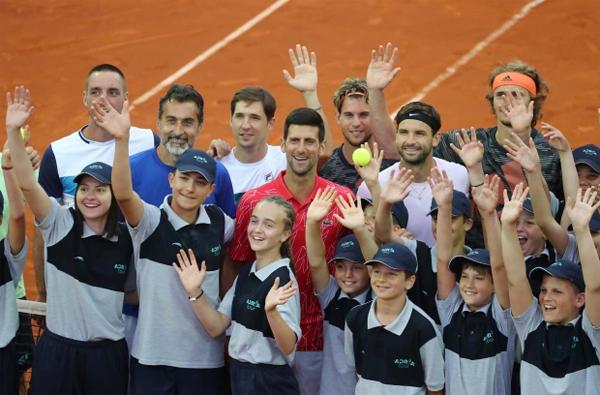 Nole (áo đỏ) tại giải Adria Tour mà anh tổ chức mùa hè năm ngoái. Giải đấu tai tiếng bị coi là một ổ dịch Covid-19 vì một loạt tay vợt trong đó có cả Djokovic bị nhiễm. Ảnh: Reuters.