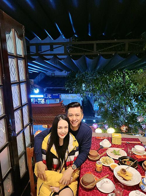 Vợ chồng ca sĩ Tuấn Hưng tình cảm bên vợ khi có mặt tại Huế.