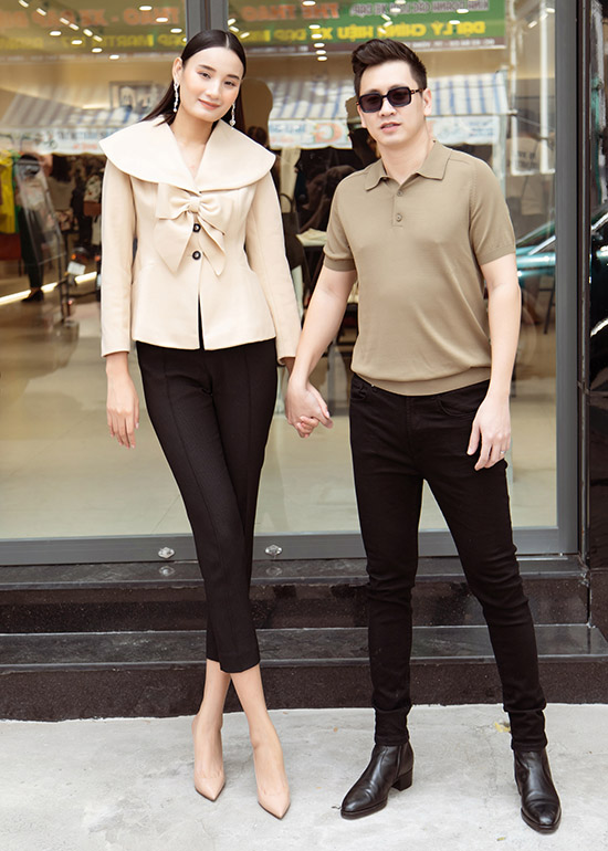 Lê Thuý phối áo màu be cùng quần âu đen ôm sát nắm tay ông xã dự sự kiện ở thành phố Vũng Tàu. Cặp đôi kết hôn đã 6 năm, tình cảm vẫn mặn nồng như ngày đầu. Đỗ An nói anh thấy mình may mắn khi cưới được Lê Thuý.