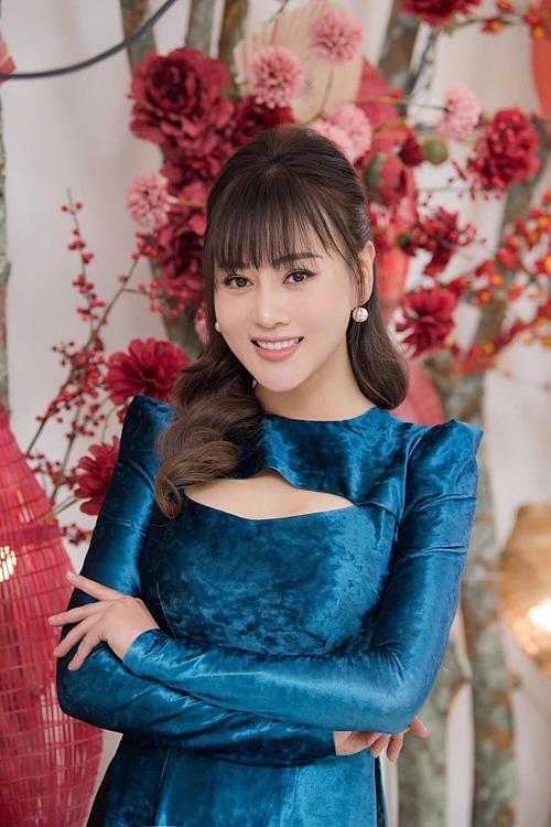 Diễn viên Phương Oanh rạng rỡ với trang phục xuân.