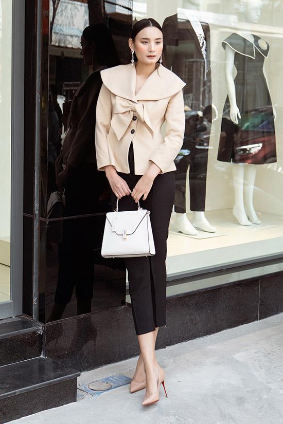 Chân dài quê Quảng Bình trông đỡ gầy gò khi mặc kín đáo. Ngoài thời trang cô còn đam mê kinh doanh và đang là bà chủ một quán ốc khá đông khách tại TP HCM.