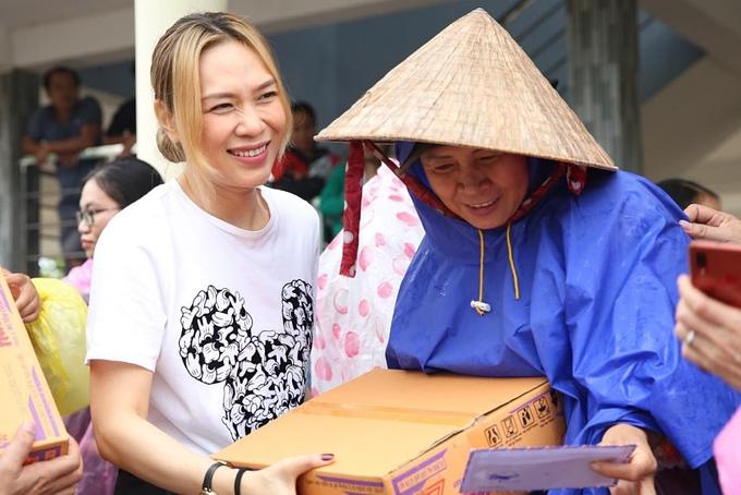 Mỹ Tâm dốc hết tâm huyết tham gia các hoạt động thiện nguyện. Hồi tháng 10/2020, cô có mặt ở xã Đại Lãnh, huyện Đại Lộc, tỉnh Quảng Nam để hỗ trợ bà con vùng lũ. Trời mưa lớn nhưng nữ ca sĩ không ngại lội nước, bưng bê hàng cứu trợ và trao tận tay cho người dân.