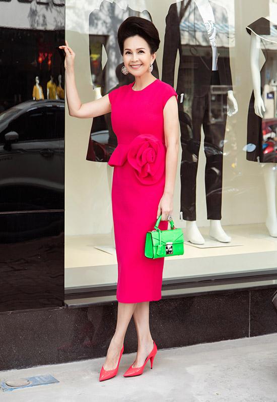 Nữ hoàng ảnh lịch thập niên 1990 Diễm My khoe dáng thon với thiết kế bodycon, hoạ tiết hoa hồng 3D ở eo. Chị chọn túi xách tông xanh neon nổi bật phối cùng sắc hồng rực rỡ của chiếc váy. Diễm My chia sẻ: Mặc đẹp giúp tôi thấy tự tin, tràn đầy năng lượng tích cực và dễ kết nối với mọi người hơn. Để làm mới bản thân tôi không ngại thử nghiệm kết hợp nhiều gam màu và những phong cách thời trang mới.