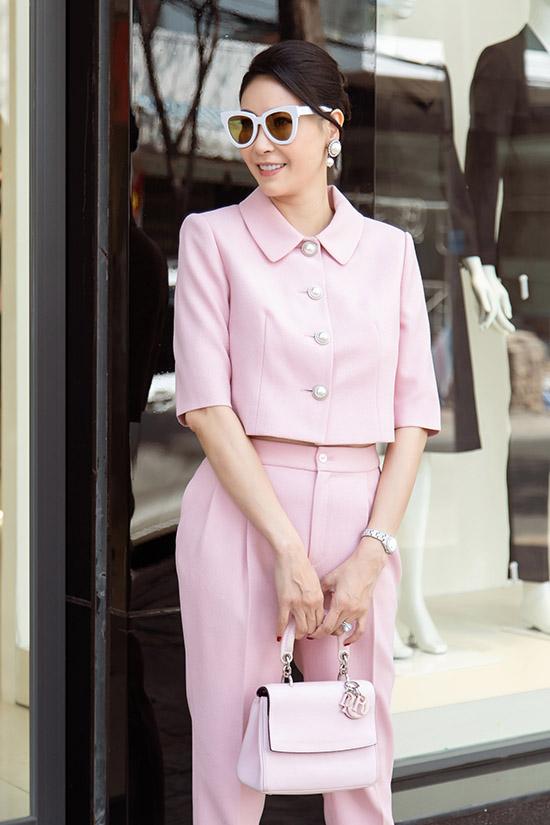 Hoa hậu Hà Kiều Anh thanh lịch với trang phục, phụ kiện gam hồng nhạt. Cô cho rằng phụ nữ ở tuổi nào cũng cần chăm chút bản thân để luôn xinh đẹp, chỉn chu.