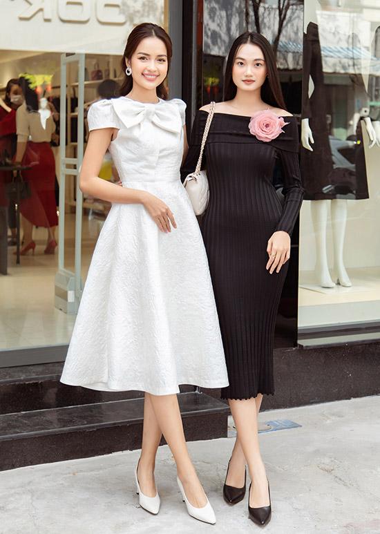 Hoa hậu Ngọc Châu (trái) xinh xắn trong bộ váy xoè kiểu cổ điển còn người mẫu Quỳnh Anh tôn làn da trắng và vóc dáng đồng hồ cát với váy bó trễ vai.