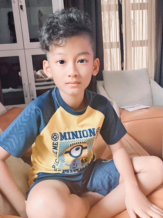 Ở tuổi lên 10, con trai Lệ Quyên ngày càng khôi ngô, tuấn tú. Nhiều khán giả ưu ái khen tặng cậu nhóc sớm trở thành hotboy trong tương lai gần.