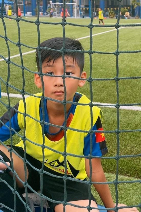 Kỳ Anh yêu thích vận động, trong đó chơi bóng đá ở trường.