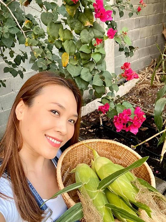 Cô còn yêu thích làm vườn, chăm hoa hay thậm chí trồng cả bắp.