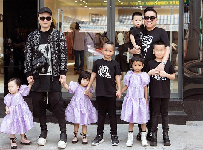 Nhà thiết kế Đỗ Mạnh Cường cùng doanh nhân Huy Cận đưa 6 con tới Vũng Tàu dự khai trương showroom thời trang mới.