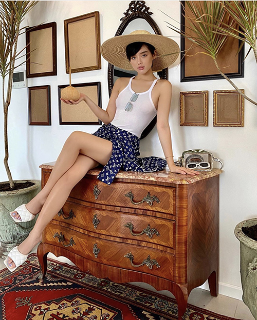 Khánh Linh thể hiện khả năng chụp ảnh tự sướng ngày càng chuyên nghiệp. Fashionista tự set góc máy và khoe dáng với set đồ đậm chất mùa hè. Áo pyjama của Louis Vuitton được người đẹp biến tấu thành kiểu váy quấn đi cùng áo hai dây sexy.