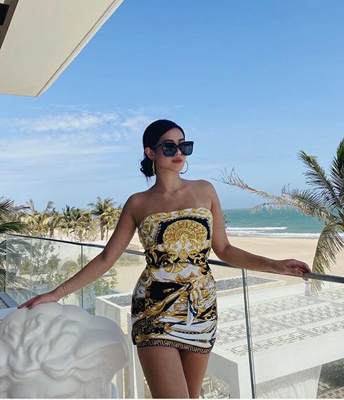 Tiên Nguyễn khoe nét gợi cảm và khoẻ khoắn với váy quây in hoạ tiết đặc trưng của Versace.