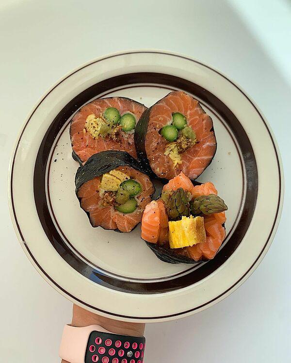 Suji bổ sung cá hồi vào thực đơn.
