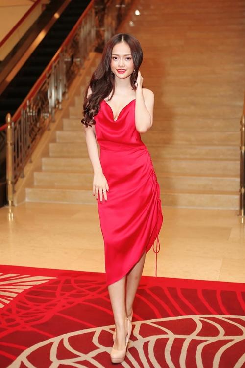 Màu đỏ nóng bỏng, dễ ứng dụng và đặc biệt hợp với các cuộc vui nên Thanh Trúc có nhiều hơn cả những chiếc đầm đỏ. Trong một sự kiện, cô diện đầm đỏ chất liệu satin mềm mại, điểm nhấn ở cổ và hông váy.