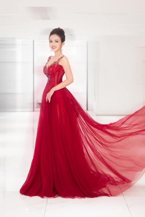 Nữ MC mặc chiếc đầm đỏ rực rỡ khi dẫn chương trình một cuộc thi người đẹp.