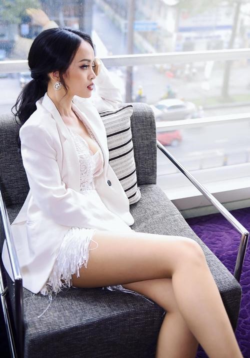 Nữ diễn viên khoác thêm vest đồng màu để giữ ấm khi chạy show trong những ngày trời lạnh.