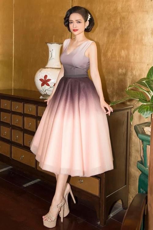 Người đẹp mang giày cao gót để có vóc dáng cân đối khi mặc chiếc đầm xòe.