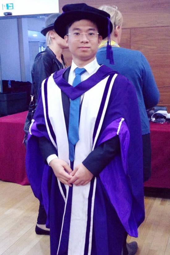 Ngọc Duy sinh năm 1987, lớn hơn vợ 10 tuổi. Anh tốt nghiệp tiến sĩ và sống ở nước ngoài 12 năm. Hiện Ngọc Duy trở về Việt Nam tiếp quản công việc kinh doanh của gia đình, đồng thời giảng dạy tại một viện nghiên cứu, đào tạo sau đại học.