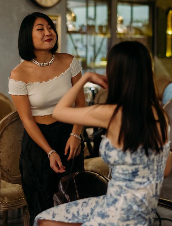 Ca sĩ người Đức gốc Việt vui vẻ trò chuyện cùng giọng ca 24h trong lúc nghỉ giải lao.