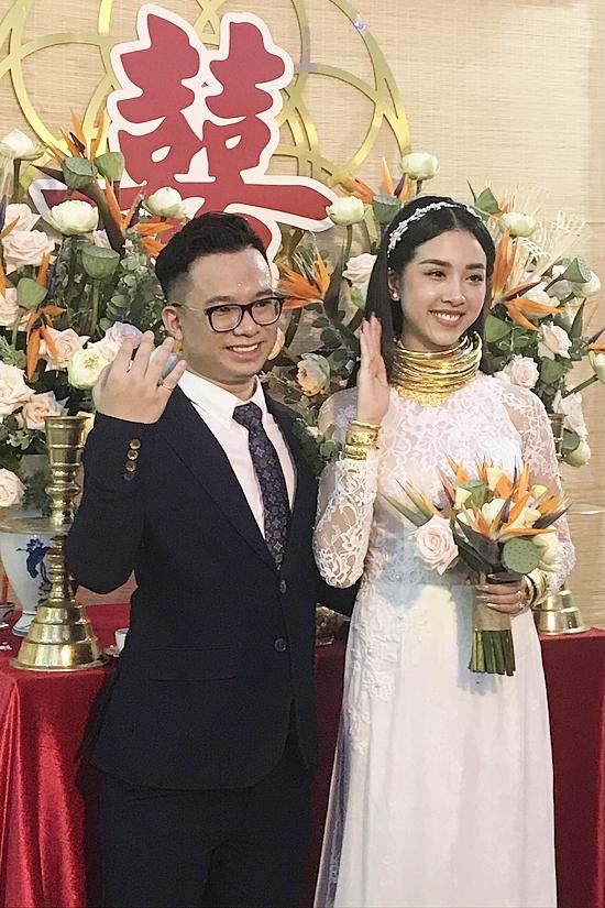 Hôm 8/1, vợ chồng Ngọc Duy - Thúy An tổ chức lễ rước dâu tại Kiên Giang. Họ gây chú ý với hình ảnh di chuyển bằng xuồng và cô dâu nhận quà cưới hơn 13 cây vàng.