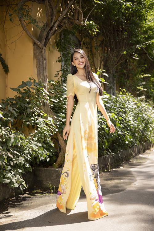 Bộ sưu tập Xuân thì của nhà mốt Việt khai thác những tông màu tươi sáng, phom áo cách tân để mang lại sự trẻ trung cho Tiểu Vy.