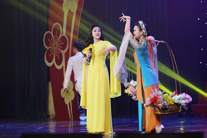 Bích Hồng từng đoạt giải ba dòng nhạc dân gian tại Sao Mai 2011. Các sản phẩm nổi bật của cô bao gồm MV Chín bậc tình yêu, album Tình... Ngoài ca hát, cô cùng chồng cai quản công ty riêng.