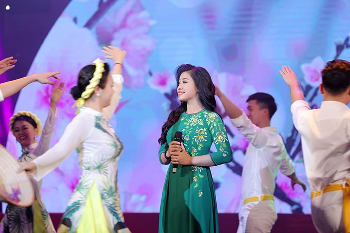 Trong chương trình tối qua, Sao Mai mang đến hai ca khúc Mùa xuân trên quê hương và Mùa xuân làng lúa làng hoa.