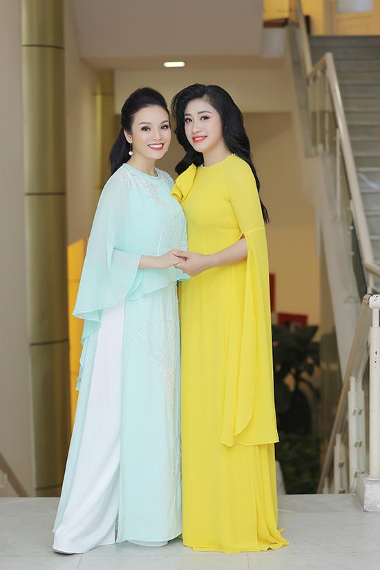 Tân Nhàn và Bích Hồng đều chọn áo dài cách điệu để xuất hiện trong chương trình mừng Đảng mừng Xuân. Đây cũng là sân khấu đầu tiên của ca sĩ Tân Nhàn sau khi làm đám cưới với ông xã Phó giáo sư hôm 18/1.