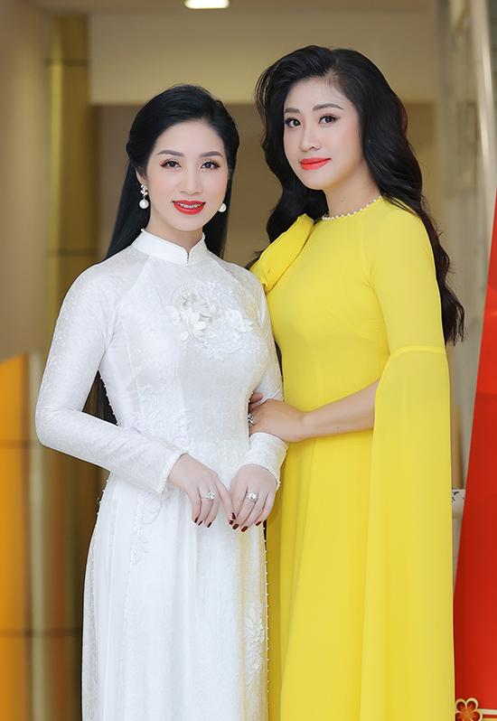 Ca sĩ Phương Nga từng là cô giáo của Bích Hồng khi cô học ở Học viện Âm nhạc Quốc gia Việt Nam.