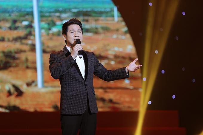 NSƯT Tấn Minh bảnh bao với vest họa tiết tối màu. Anh được yêu thích bởi giọng hát nội lực ở dòng nhạc thính phòng, cách mạng.