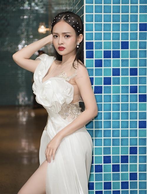 Bên cạnh diễn xuất, Thanh Trúc là người dẫn chương trình. Đặc thù công việc phải xuất hiện tại nhiều sự kiện nên cô liên tục thay đổi trang phục để không nhàm chán.