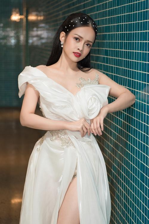 Gần nhất, nữ diễn viên - MC mặc đầm của NTK Lâm Lâm khi tham gia dạ tiệc tại TP HCM. Cô toát lên vẻ dịu dàng trong chiếc đầm kết hoa, xẻ đùi nữ tính.
