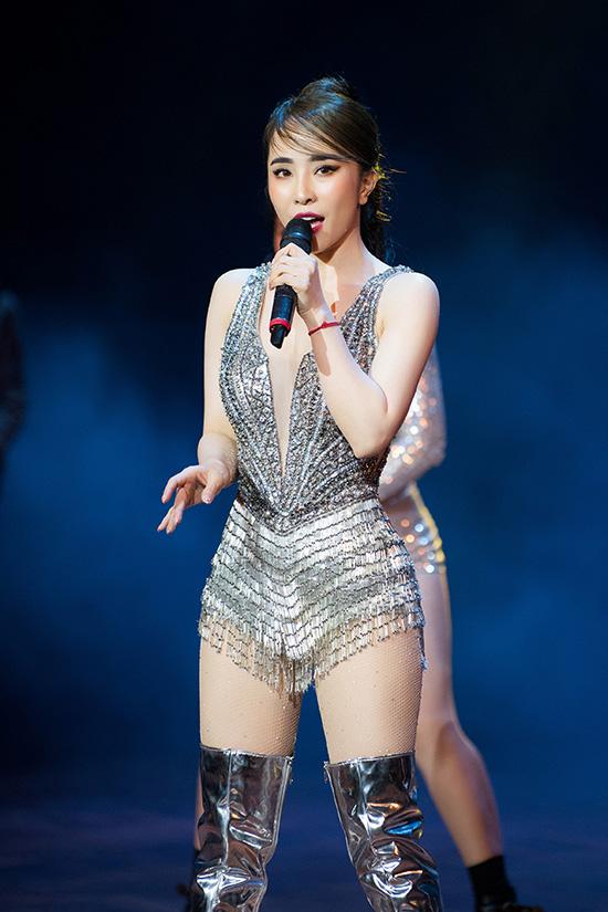 Khi biểu diễn, Quỳnh Nga cởi bỏ cánh carnaval và áo choàng để thoải mái thể hiện vũ đạo.