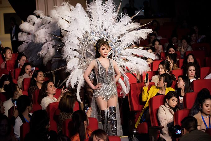 Cô đi đầu, dẫn theo một loạt vũ công lên sân khấu. Đây là lần hiếm hoi Quỳnh Nga tái xuất với vai trò ca sĩ sau thời gian tập trung cho phim ảnh.