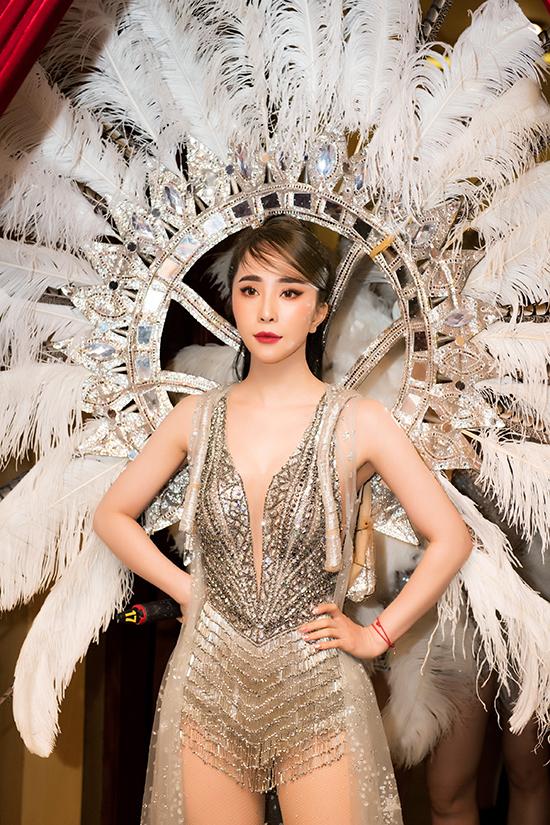 Chiếc cánh carnaval đính lông vũ khiến Quỳnh Nga càng thêm nổi bật, thu hút mọi ánh nhìn.